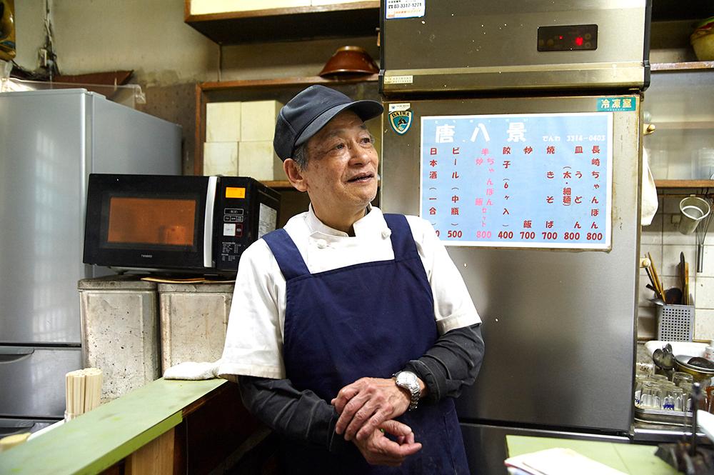 店主の洲加本さん。30年に渡って高円寺を行き交う人々の胃袋を満たしてきました。