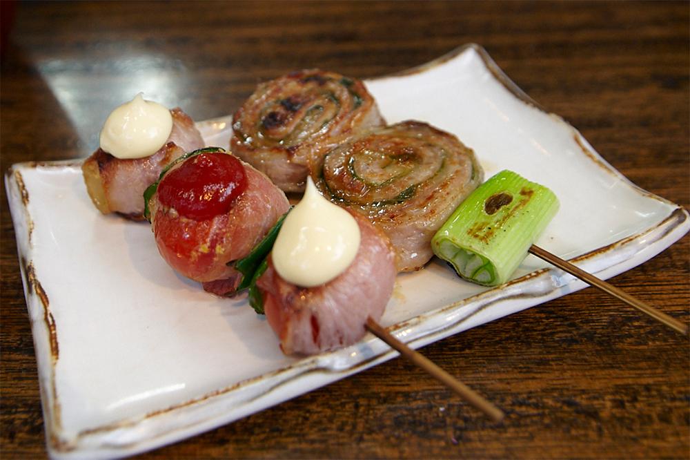 創作串焼の二大名物だというトマト巻、とんばらしそ巻(ともに270円)もオーダー。