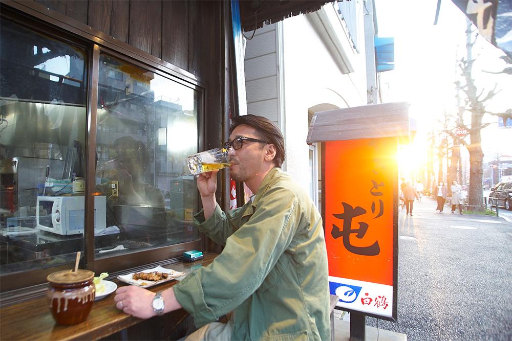 杉並で最初にサッポロビールのビールサーバーが置かれたのが、実はこちらのお店。西日が後光のように差す中、そんな歴史に思いを馳せて生ビールをいただきます。