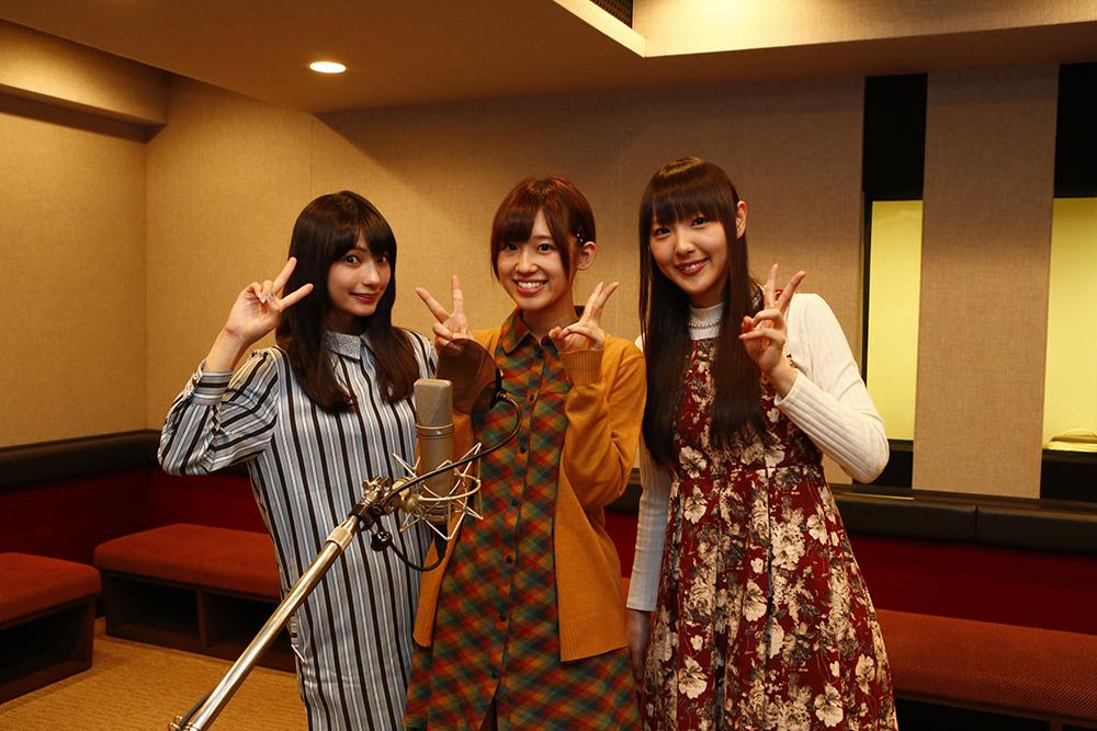 アナウンスを録音中のイヤホンズ。左から、小花鈴を演じる高野麻里佳さん、一ノ瀬双葉を演じる高橋李依さん、萌咲いちごを演じる長久友紀さん。