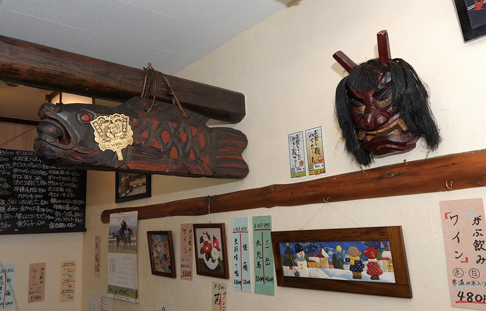 店内各所に飾られた木彫りがアットホームな雰囲気をつくります。