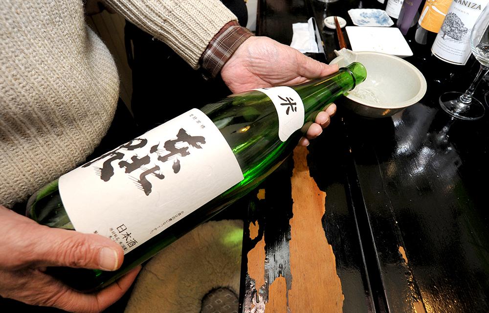 赤白揃う日替わりのワインのほか、銘酒・東北泉がこの店の定番。