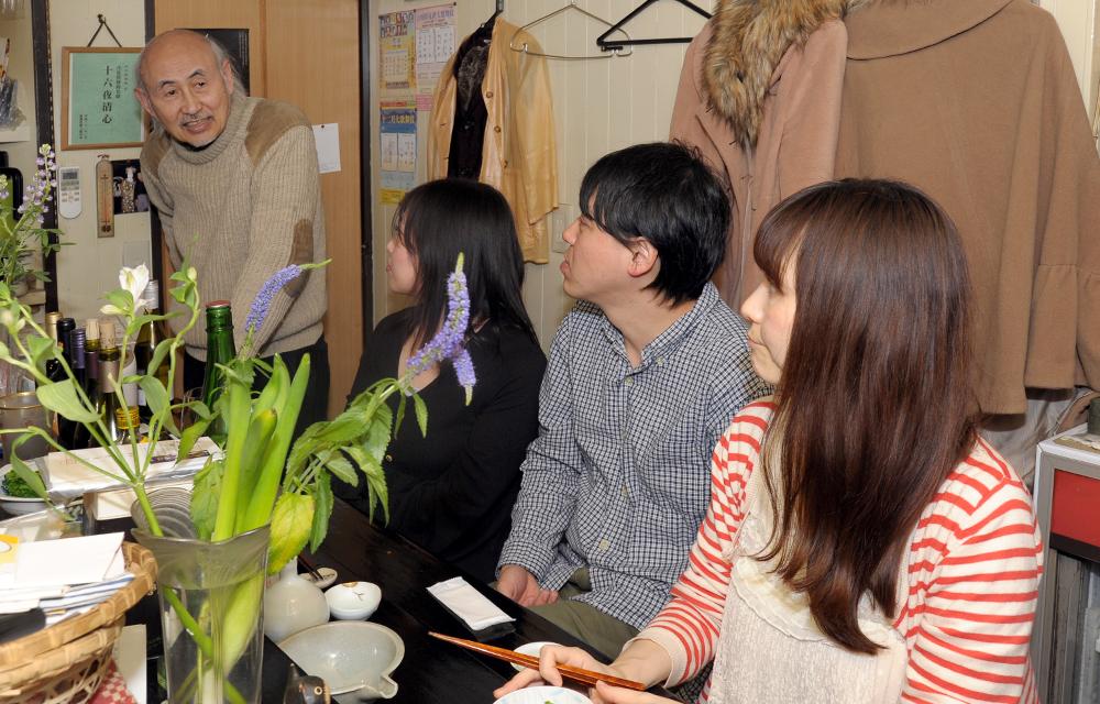 奥に立つのがご主人。歌舞伎や植物などに造詣が深く、若い客は思わず聞き入ってしまいます。