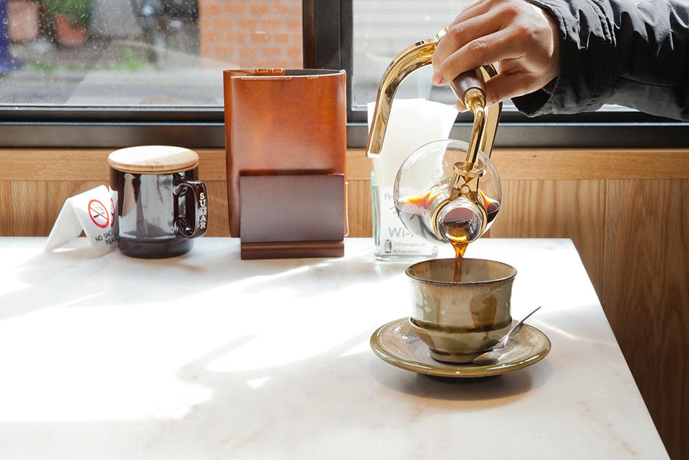 コーヒー好きの黒田さんも「阿佐ヶ谷でサイフォンコーヒーを飲める店は珍しい」と絶賛。