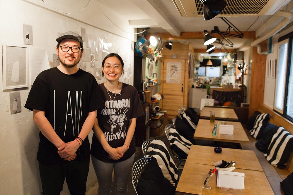 オーナーの伊藤さんご夫妻。おふたりの明るい人柄がお店を支えています。
