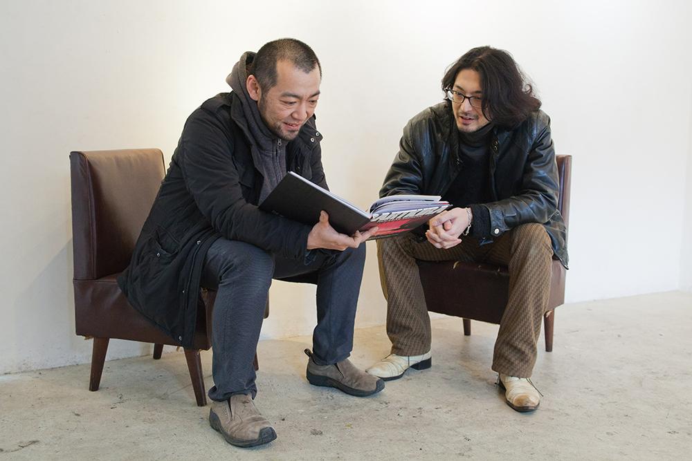 見て欲しいものがあると、マニアックな海外漫画家の作品集を渡す斉藤さん(右)。