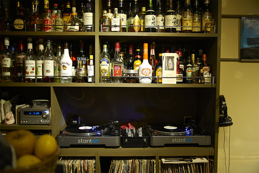 カウンターの奥にはターンテーブルと70年代ソウルのレコードがずらり。