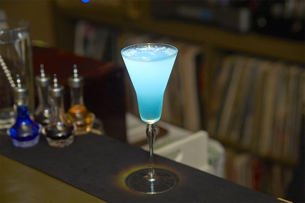 青木さんをイメージしてつくってもらったウォッカベースのカクテル、その名も「Ma⇔Blue⇒Dome」(700円)。