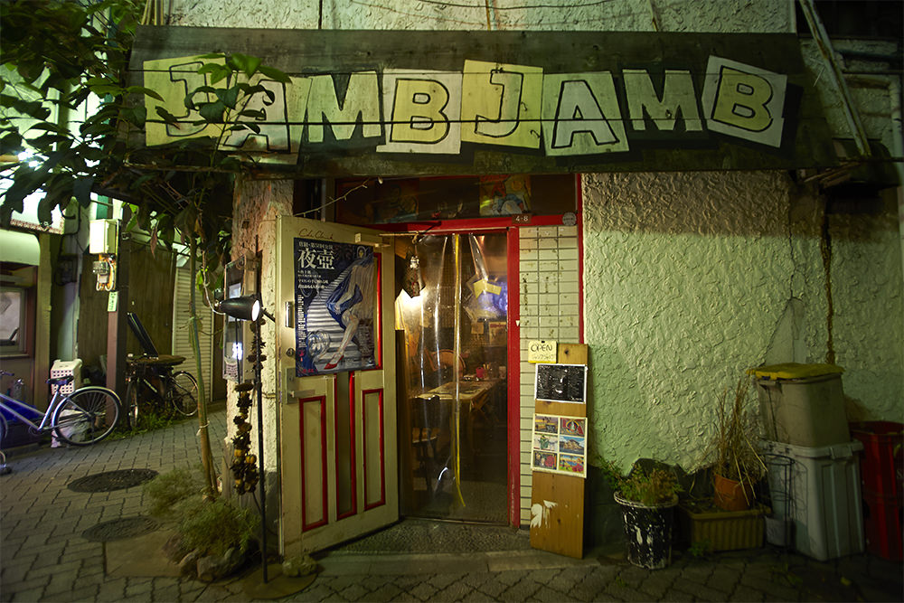 マリさんが描いた店の看板が目印。