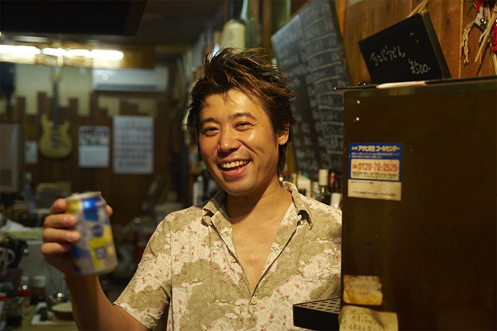 缶チューハイを飲みながら飄々(ひょうひょう)と店を仕切る沼田さん。月に一回「オルタナ餃子」という餃子イベントも主催しているそう。