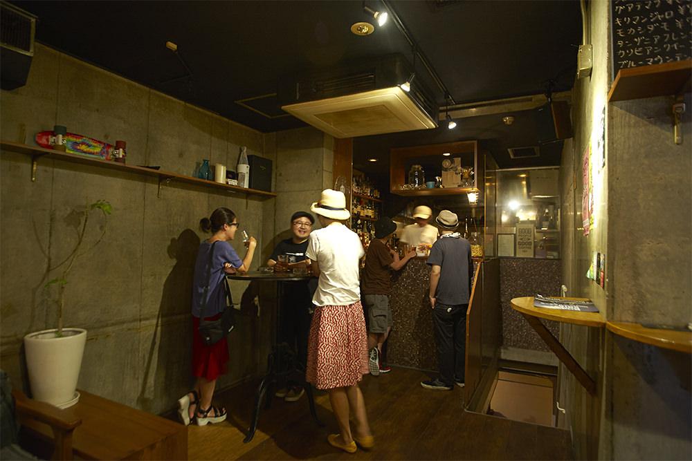 地下の音がほのかに聞こえてくる1階カフェスペース。音楽に合わせて会話も弾みます。