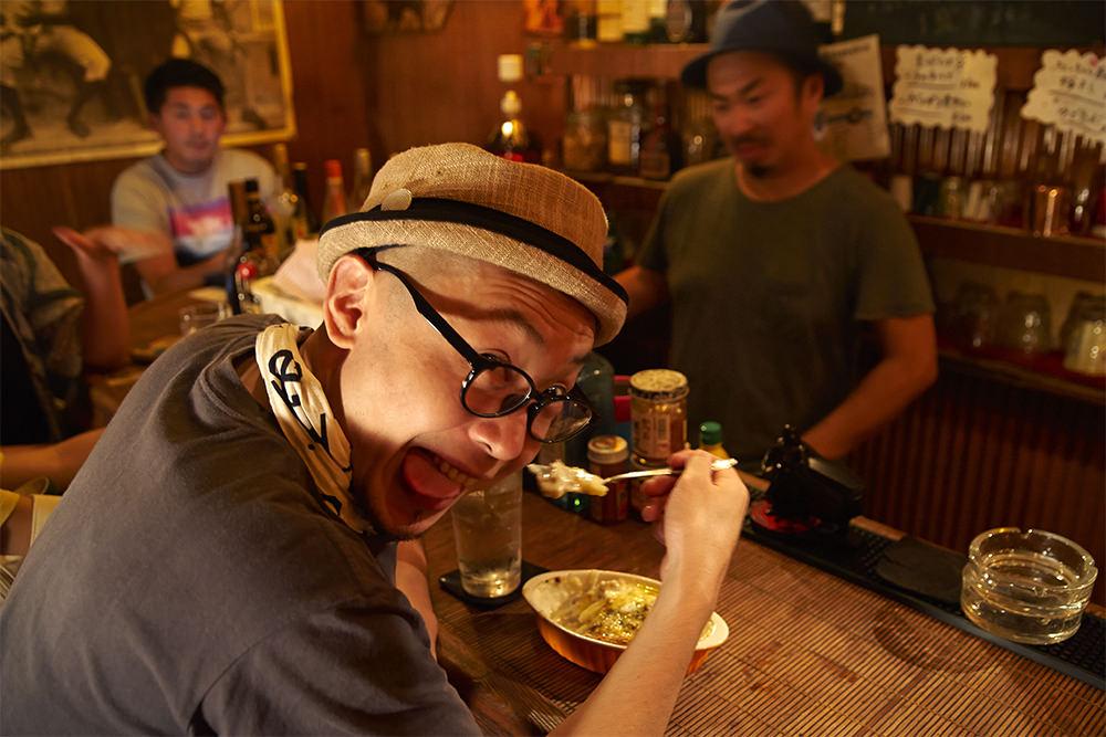 酔いの回ってきた青木さん。梅津さん手作りのミックスグラタン(700円)で腹ごしらえ。