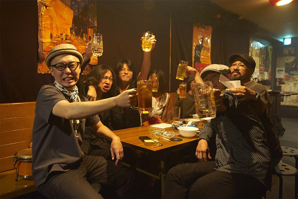 偶然飲みに来ていたロックバンド「DOPES」の皆さんと一緒に。向かって青木さんの右隣が熊野さん。