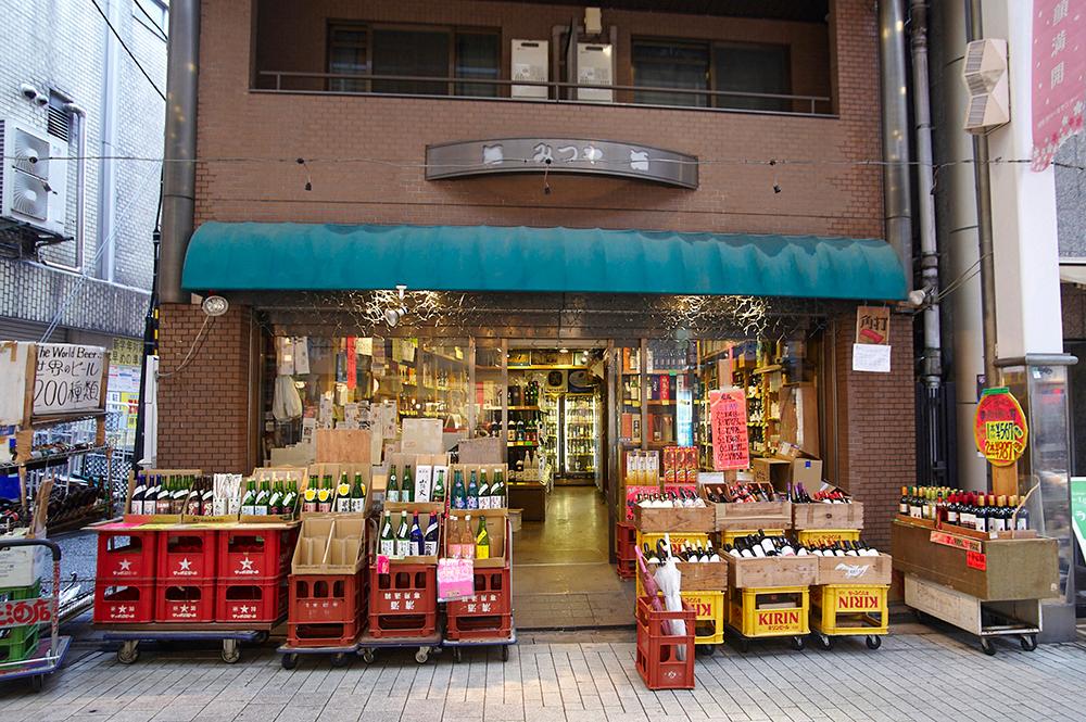 これぞ酒屋という趣きの入口。毎年、善福寺川緑地までの道のりを聞きながら買い物をしていく花見客もいるのだそう。