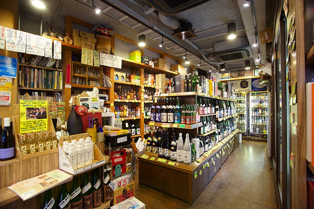 店内にはところ狭しとあらゆる酒が並びます。
