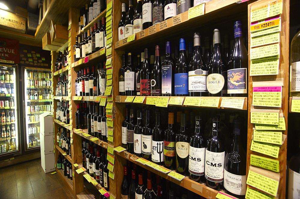 400種ほど常備しているというワインがずらり。カリフォルニアをメインに赤・白・スパークリングの品揃えが見事です。