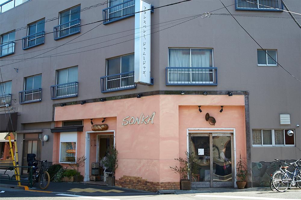 インパクトあるピンクの壁面と看板。尾崎橋からそのまま五日市街道を東に2〜3分ほど歩いたところに店はあります。