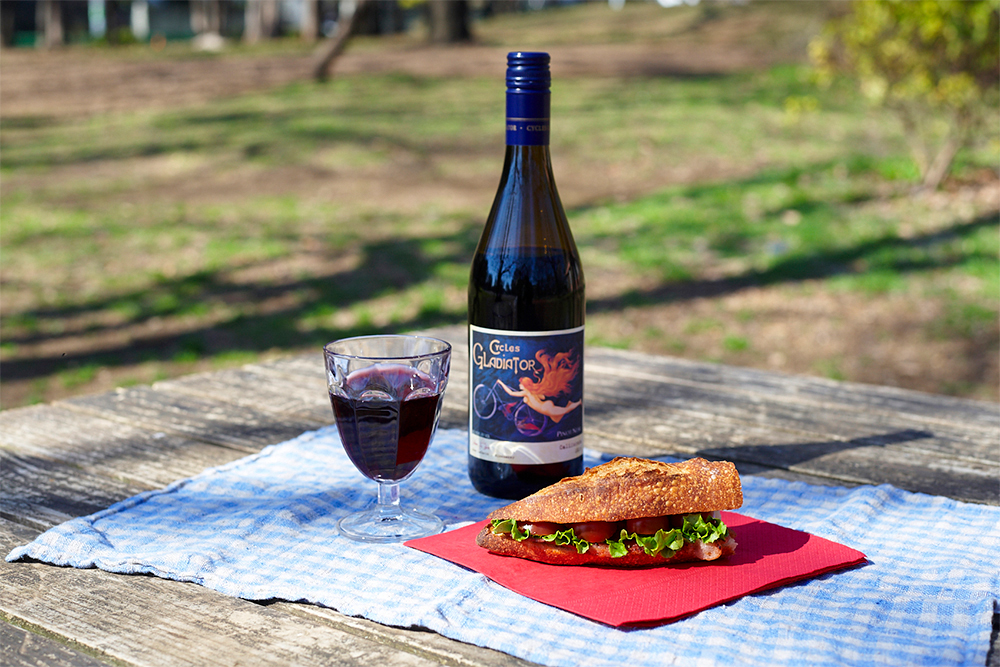 「酒ノみつや」で入手したカリフォルニア産赤ワイン(2014サイクルズ・グラディエーター、1724円)と「SONKA」でテイクアウトしたBLTサンドイッチ(540円)の絶妙なコンビネーション。