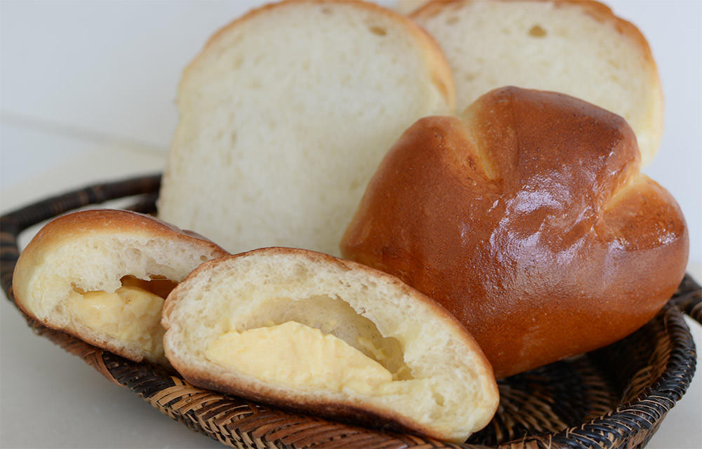 クリームパン(150円)と天然酵母食パン(400円)