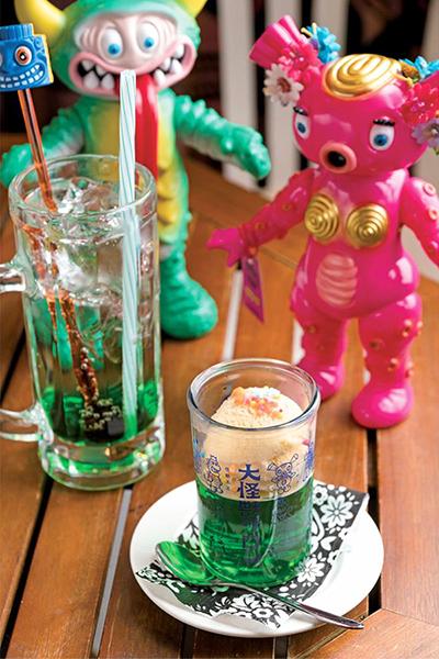大怪獣ジュースと、怪獣アイドルのムーチョ(左)とベッコス(右)。