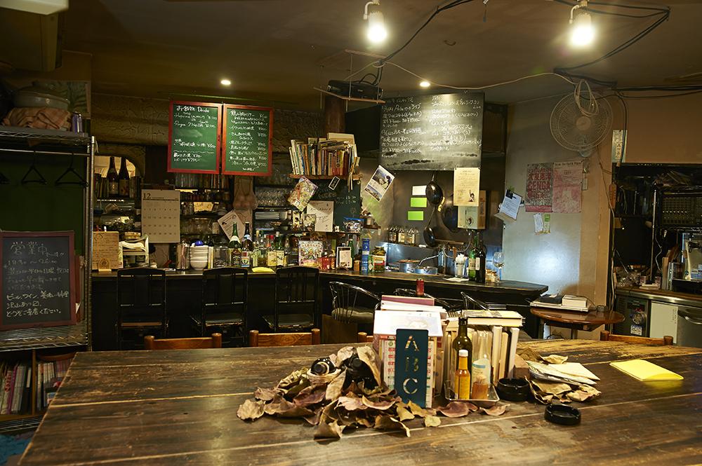 カウンターと店内中央に大きなテーブルが並びます。