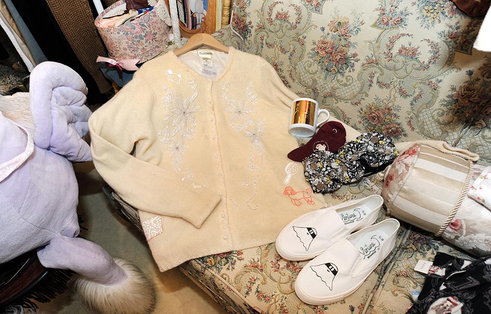 刺繍作家の手によるリメイクカーディガン(14000円)とオーナーがイラストを描いた靴(5800円)。