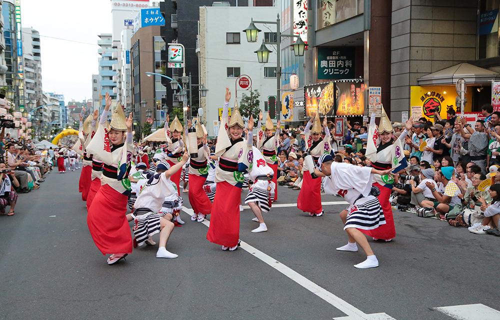 杉谷さんも所属する江戸っ子連の演舞。ばっちりポーズが決まっています。