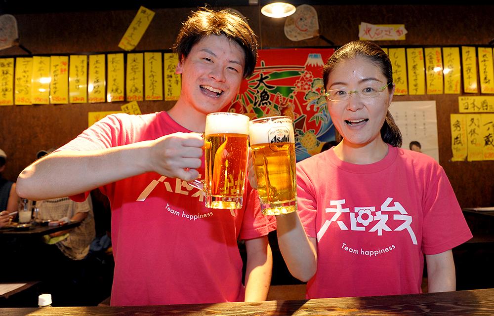 ビールが大好きなお二人。ガイドも終えたので改めて乾杯!