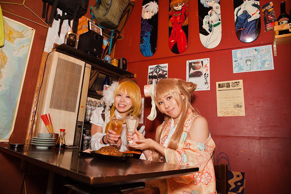 加藤さんはジャンピー(ピーチリキュール&ほうじ茶のカクテル)、凛宮さんはコーヒー焼酎豆乳割りをいただきました。ともに500円。