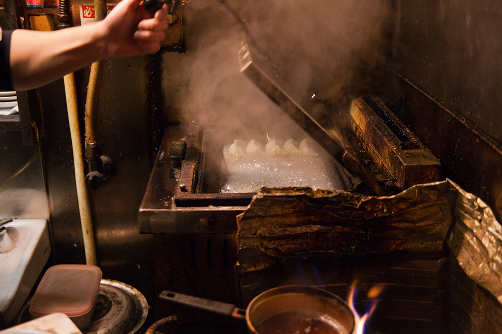 この焼き工程に食欲をそそられます。