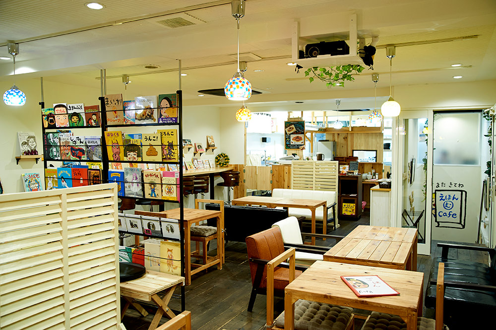 落ち着いた雰囲気の店内。大人がリラックスして絵本を読む環境として抜群です。