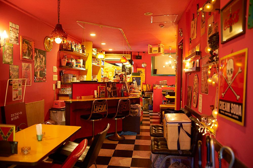 店内も一面ピンク色の壁。薄暗い照明で、まるでバーです。