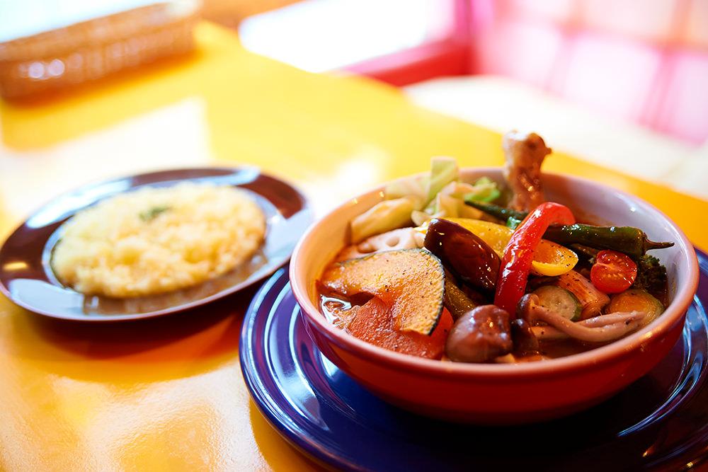 野菜は最も適した下ごしらえを施し、丁寧にカレーに投入します。
