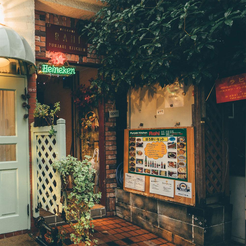 お店は静かな細い路地を入ったところに佇む建物の2階にあります。