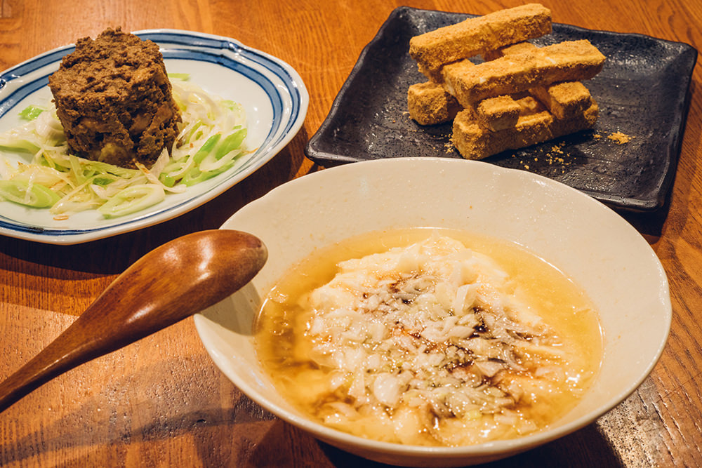 手前から時計回りに、エロうま豆腐(550円)、怪しい焼き鳥(630円)、チーズ納豆(630円)。