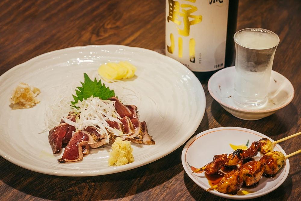 肴はかつおのたたき(519円)と焼き鳥(自家製つくね119円、豚にんにく108円)を注文。これに合わせるのはやっぱり日本酒(楯野川、476円)。