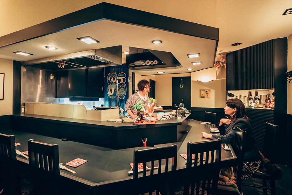 ママがひとりで切り盛りする店内はカウンターのみの落ち着いた雰囲気。