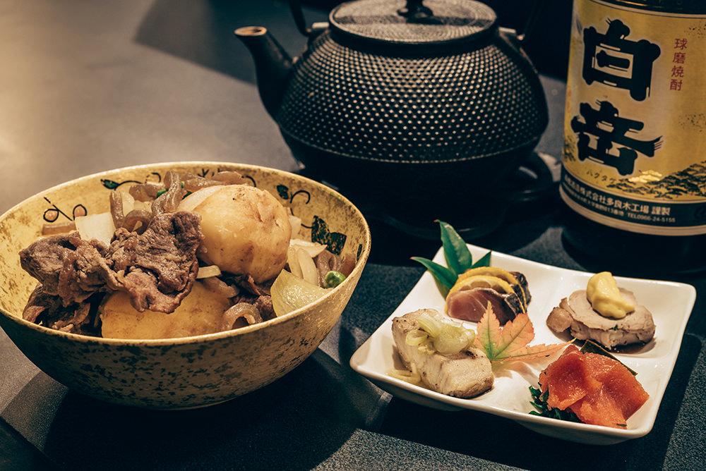 倉嶋さん絶賛の肉じゃが(1200円)とお通し(600円)。ママは料理の先生でもあります。