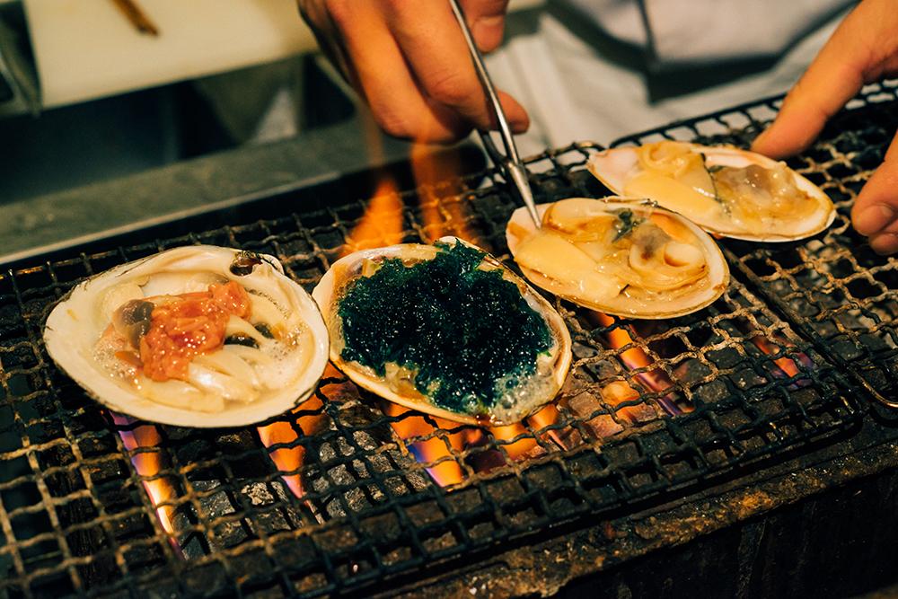 倉嶋さんの目の前で焼かれる貝たち! もうたまりません。