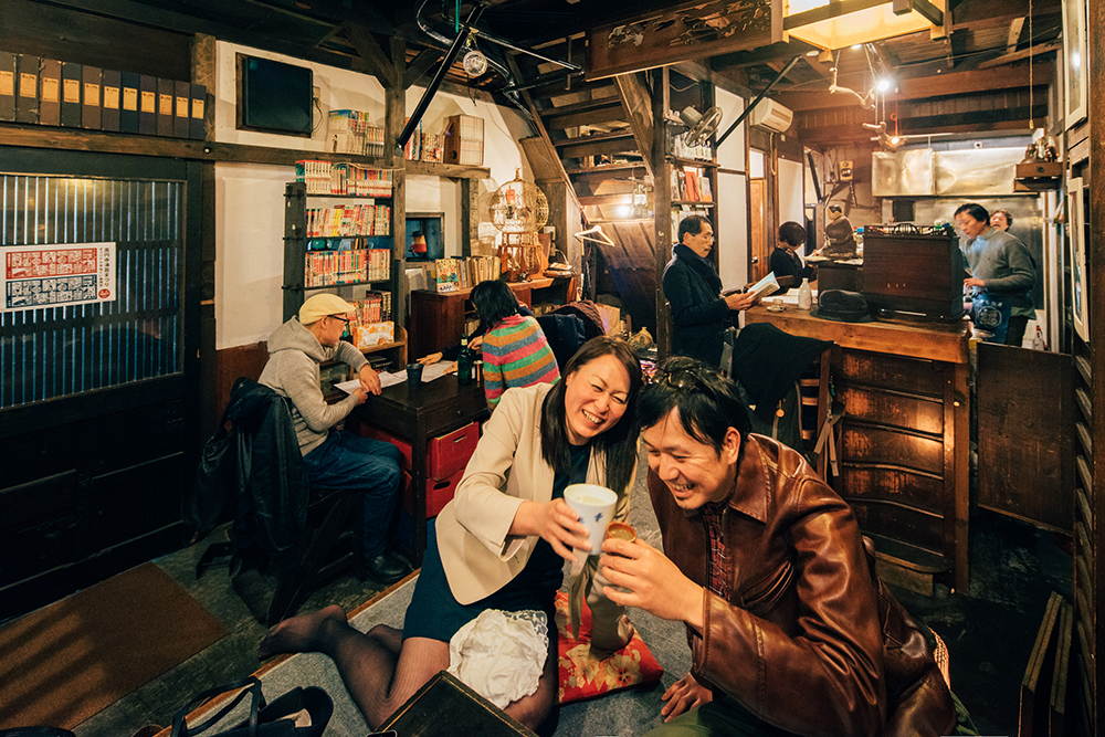 酔っ払い二人組、小上がりへ。倉嶋さんはさつま白波のお湯割り(400円)、石塚さんは剣菱の熱燗(500円)で再び乾杯。