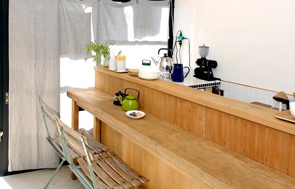 左側の喫茶スペース。今は秋冬限定のコーヒーがいただけます。