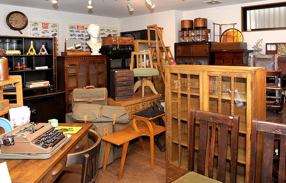 店内には所狭しと家具が並びます。