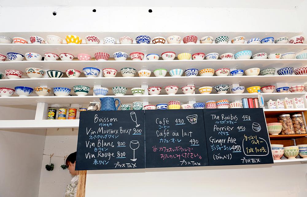 カフェスペースには圧巻のカフェオレボウルのコレクションが。貴重なツバメ柄のものもあります。