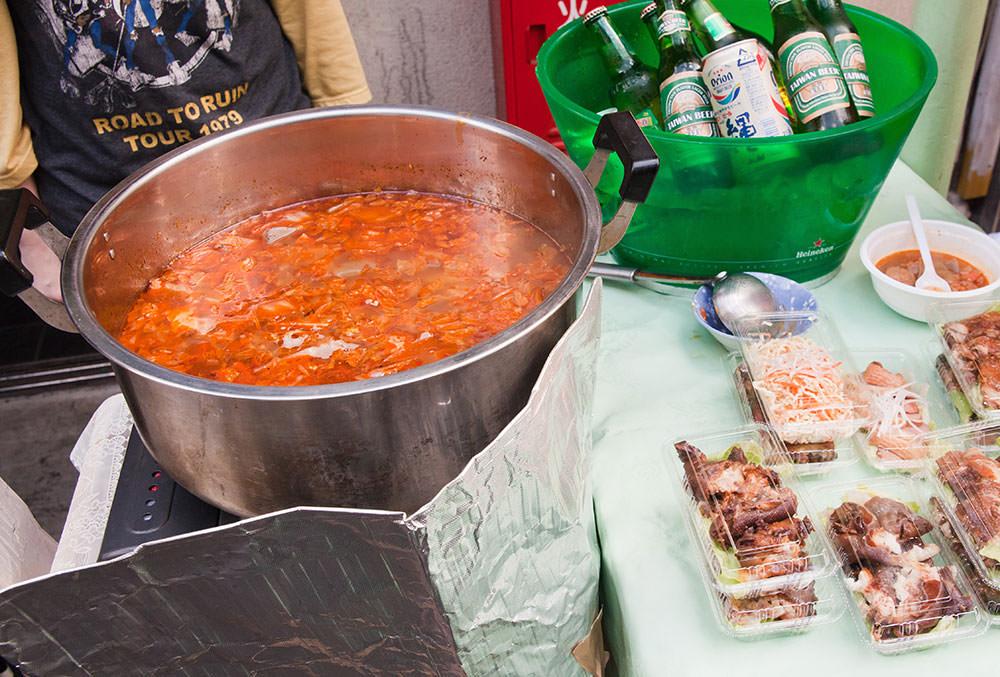 人気の韓国料理店の前で。秋冬はチゲ鍋など身体が温まるメニューも。