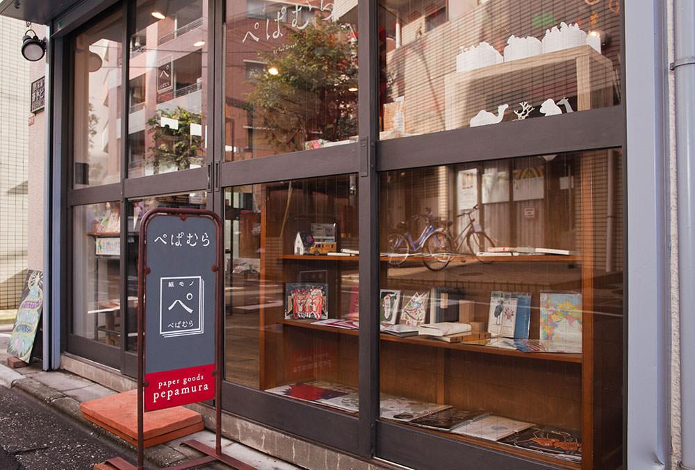 一面ガラス張りの店構え。「ぺ」のロゴマークがかわいい。