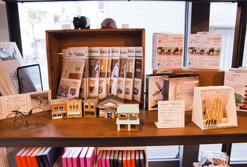 昭和レトロを楽しめる紙模型「なつかしのジオラマシリーズ」(1500円〜)。