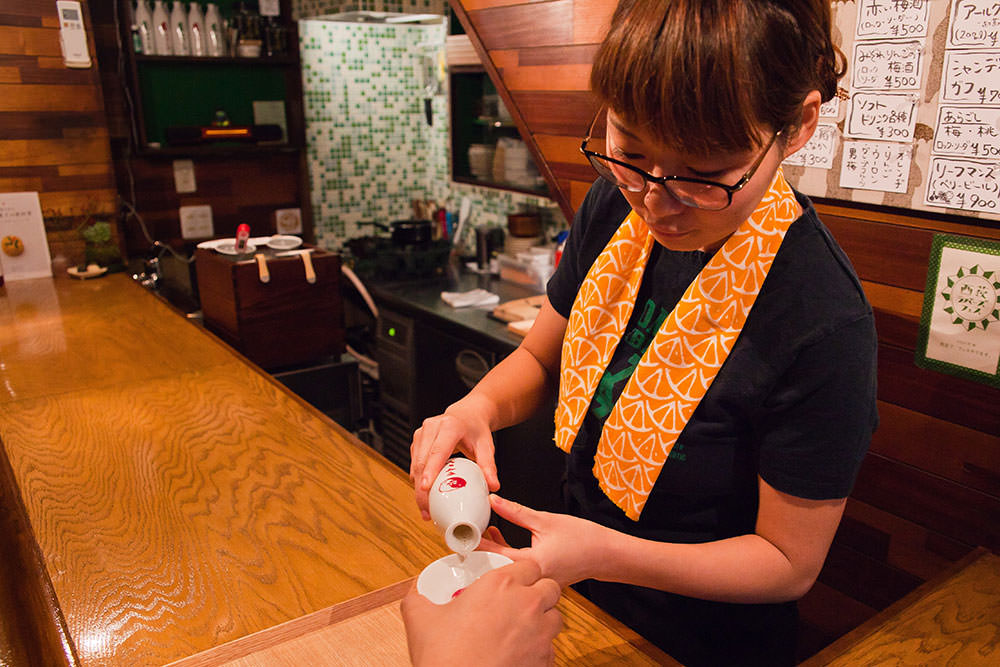 日本酒も日本茶も徳利とおちょこでいただけます。最初の一杯は必ず注いでくれるそうです。
