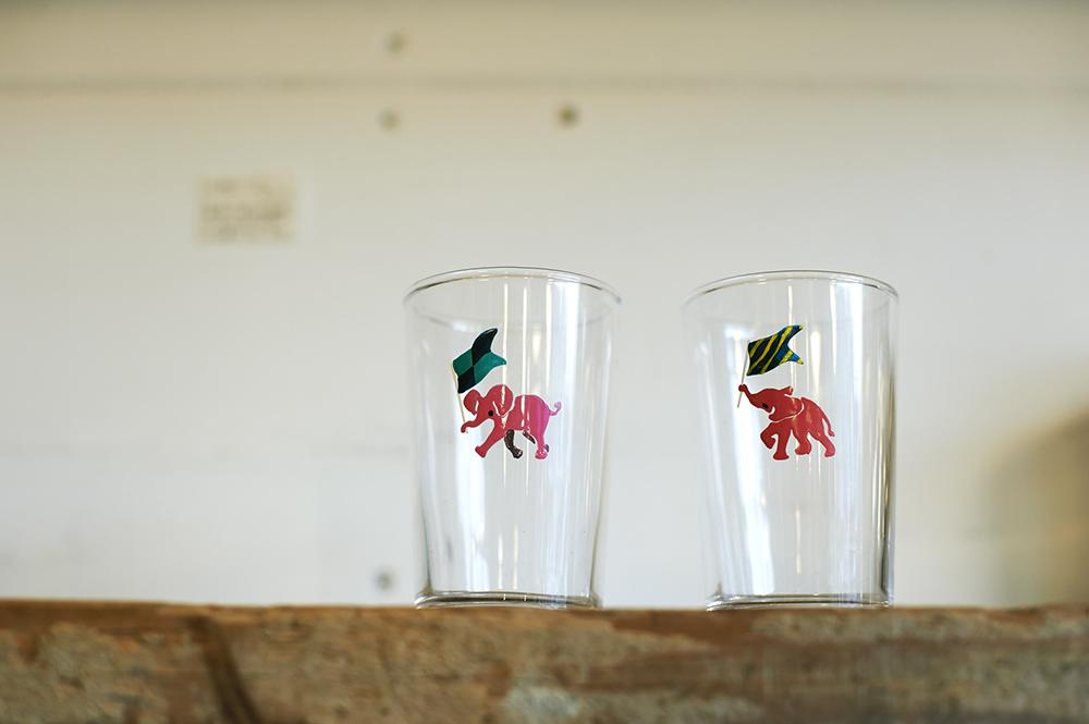 店主がひとつひとつ絵つけしている、西荻窪名物「ピンクの象」のグラス(各950円)。