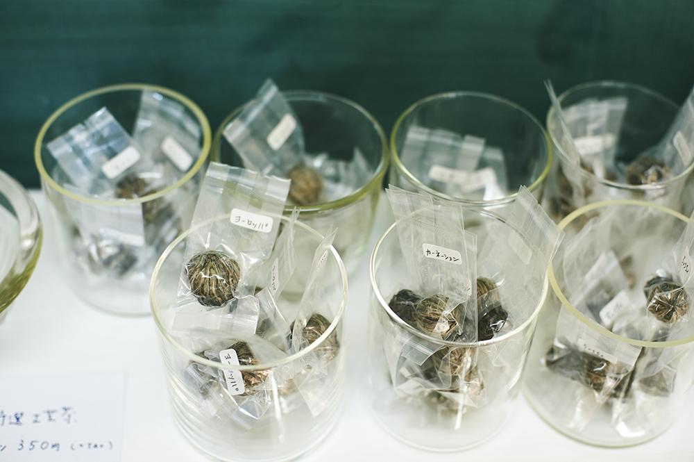 茶葉と花を細工した「工芸茶」の種類も豊富。ギフトや手土産にもぴったりのボックス入りのセットもあります。