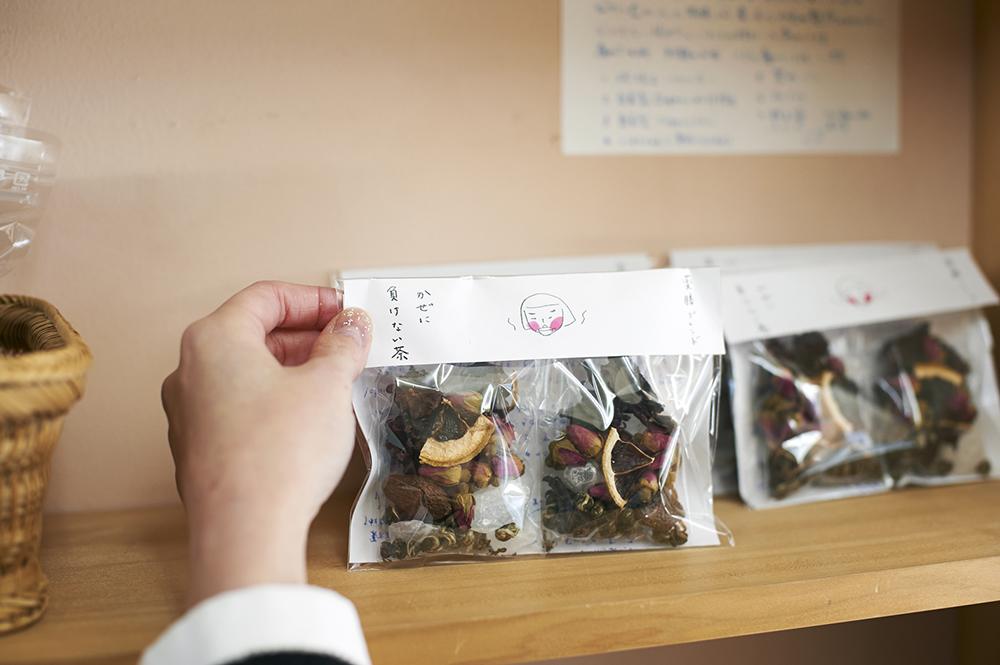 ジャスミン茶やハイビスカス、苦水バラ、氷砂糖などをブレンドした季節限定の「かぜに負けない茶」(810円)。